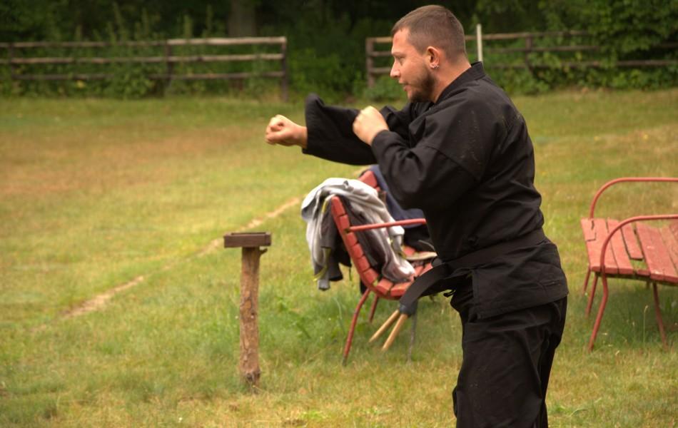 Michał Gorgoń 1 Dan prowadzący rozgrzewkę
